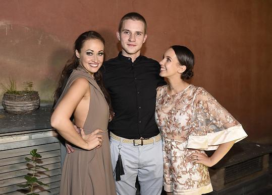 S kamarády zpěvačkou Marií Křížovou a tanečníkem Karlem Jindou, kteří v Krysařovi účinkovali.