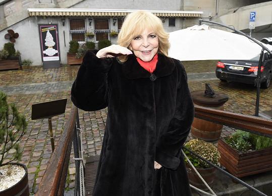 Hana dorazila na svůj křest v restauraci na Vltavě ve slušivém kožíšku.