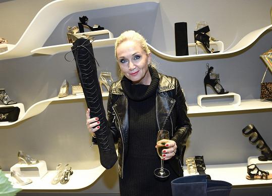 Luxusní botičky si přišla prohlédnout také Bára Basiková.