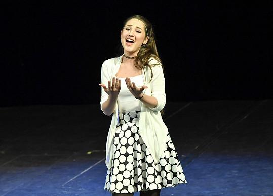 Písně, které má postava Glindy, odzpívala skvěle, ale až napodruhé.