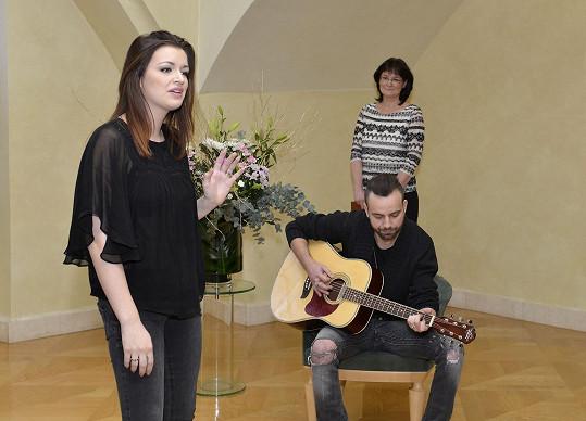 Jitka s manželem zpívala na vítání občánků.