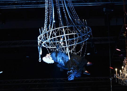 Divákům se při pohledu na zpěvačku vyzvednutou několik metrů nad pódium tajil dech.