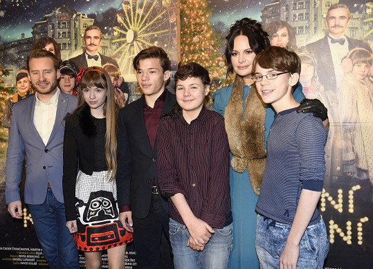 Jitka s režisérem Vítem Karasem a filmovými dětmi.