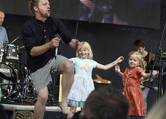 Taneční křoví mu dělala i jeho dcera Josefína (vpravo).