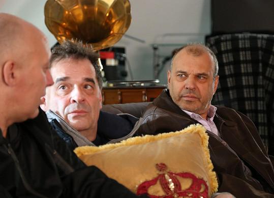 Spolu s Robertem Jaškówem a Miroslavem Etzlerem hrají trojici nevěrných manželů.