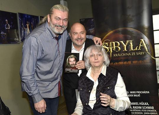 Danovi Hůlkovi pokřtil knihu Diagnóza blíženec, kterou zpěvák napsal s Miroslavou Besserovou.