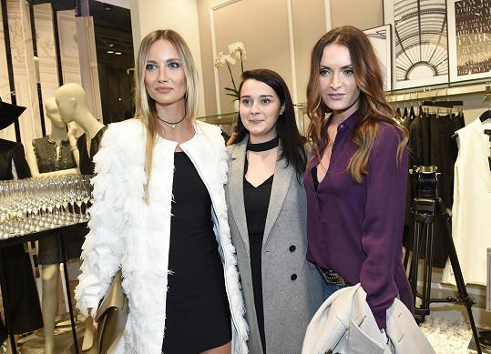 Na otevření pražského butiku BCBGMAXAZRIA nedorazila modelka s manželem, ale vyvedla kamarádky.