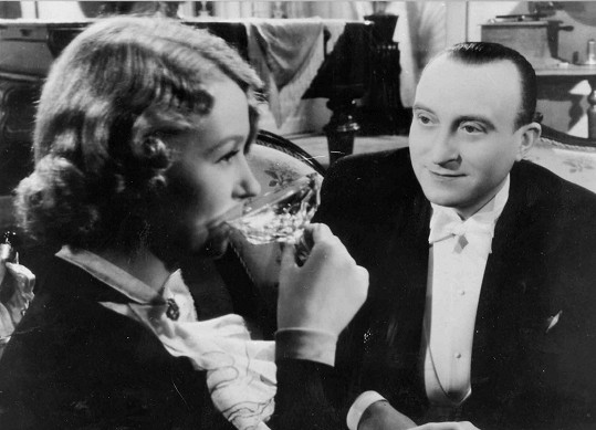 Komedii vdechla esprit osvědčená komediální dvojice Nataša Gollová a Oldřich Nový.