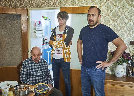 Trojčlenná mužská domácnost - vnuka hraje Tomáš Dalecký, jeho tátu Jiří Hána.