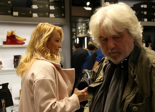 Eva Vejmělková s manželem na place
