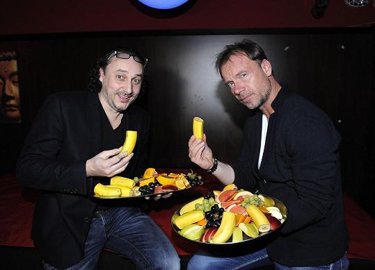 Nejdřív to na párty vypadalo hodně nevinně, když si s kolegou Zdeňkem Hrubým pochutnávali na ovoci.