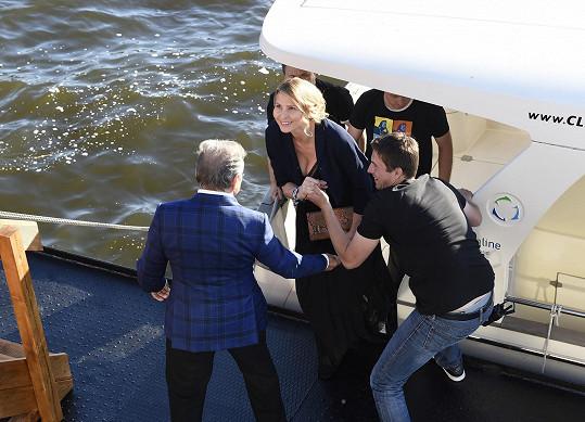 Karel jako gentleman pomohl své ženě z lodi.