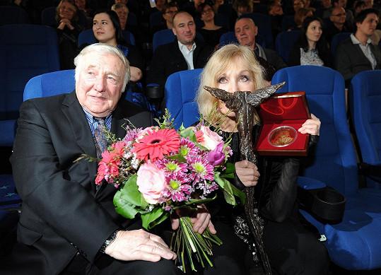 Kim Novak převzala sošku Kristiána za přínos světové kinematografii.