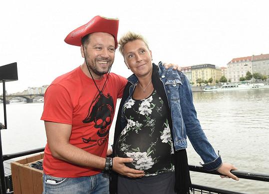 Michal Kavalčík bude mít s partnerkou Zuzanou syna.