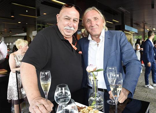 Andrej Hryc s Pavem Slabým, šéfem firmy, jež cenu zašťuje.