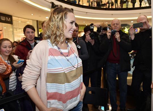 Na autogramiádě na zpěvačku čekaly davy nejen fanoušků, ale i fotografů.