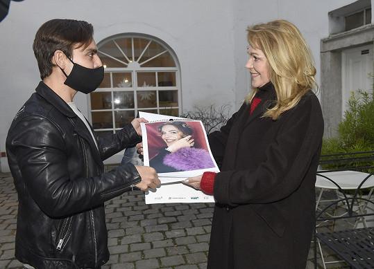 V době adventu se Dagmar Havlová zabývala prodejem kalendáře, jehož výtěžek šel na podporu projektů Nadace Vize 97.