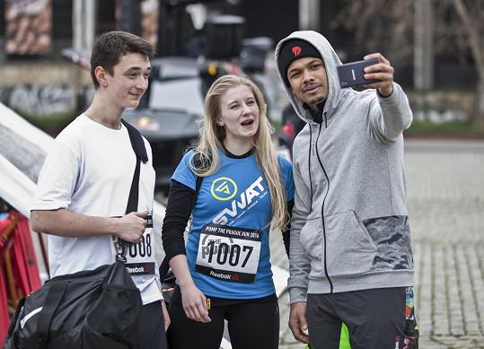 Zpěvák si pořídil selfie s dalšími závodníky.