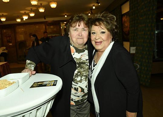 Jiřina se sestrou Jaroslavou, která si premiéru nemohla nechat ujít.