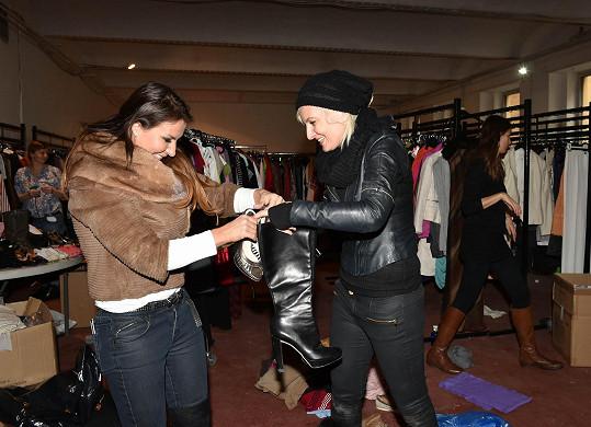 Bára s kamarádkou Olgou oděvy vybalovaly, oceňovaly a přidělávaly cenovky.