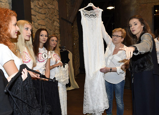 Fitting měla pochopitelně pod palcem ambasadorka České Miss Iva Kubelková.