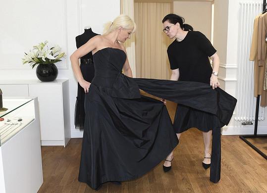 V butiku Tatiany Kovaříkové vybírala model vhodný na gala večeři.