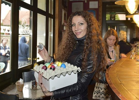 Olga s obarvenými vejci a dortem v krabici