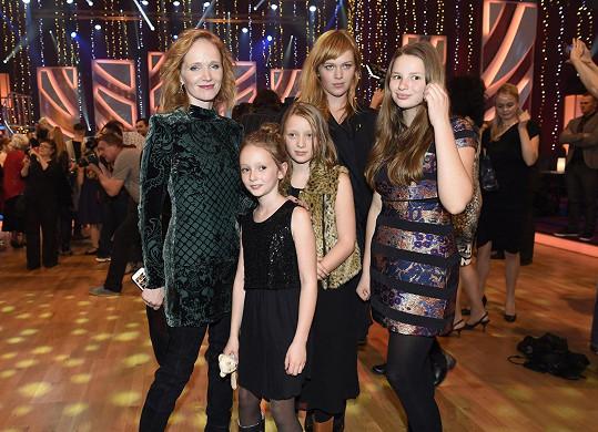 Dorazila i sestra Ani Geislerové Ester s dcerou Miou (uprostřed), třetí slečna (vpravo) je dcera Lely Geislerové.