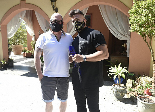 Osmany s partnerem Guyem, s nímž žije 27 let.