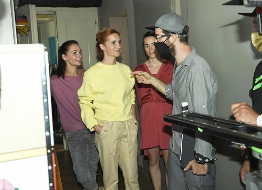 Během natáčení panovala přísná bezpečnostní opatření. Režisér nosil roušku.