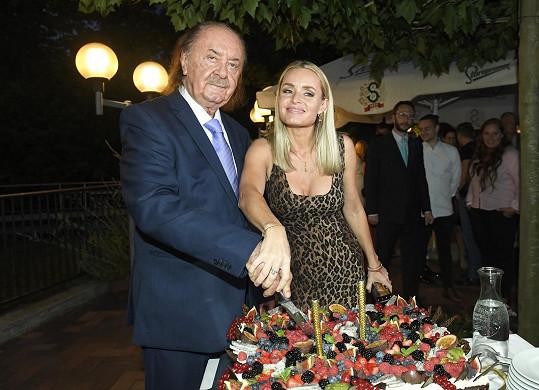 Spolu s Alicí nakrojil narozeninový dort.
