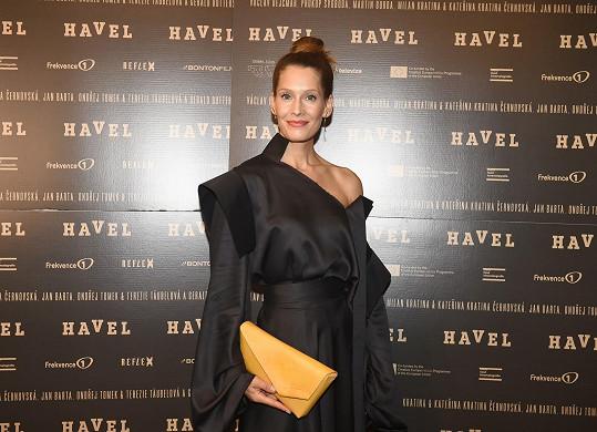 Barbora Seidlová v netradičně řešených šatech na premiéře filmu Havel