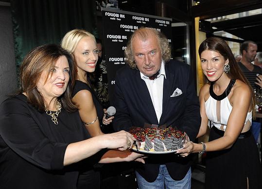 Dort mu předávaly zpěvačky Katka Mátlová a Victoria spolu s kamarádkou Hanou Balášovou.