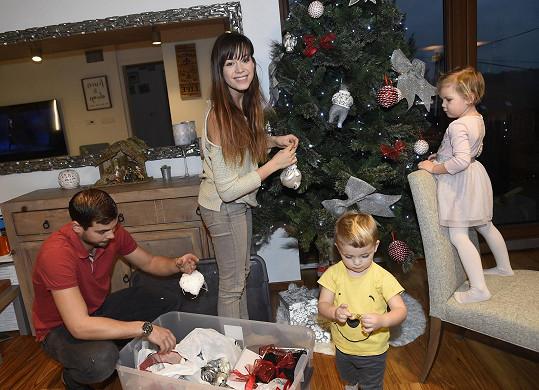 Se stromečkem pomáhala zpěvačce celá rodina.
