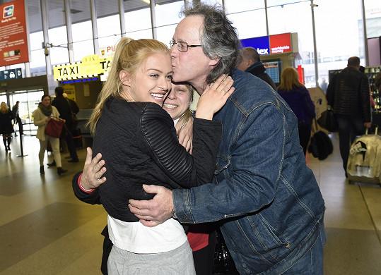 Na osmnáctiletou finalistku z Ostravy čekali v příletové hale také její rodiče.