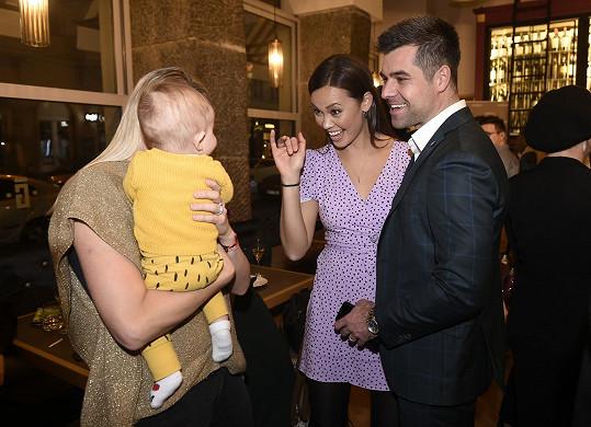 A na večírku se až podezřele měla k malé dcerce tenistky Andrey Sestini Hlaváčkové.