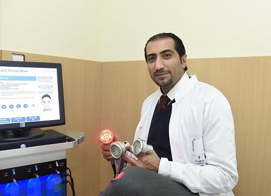 Ali Amiri pracuje na klinice estetické chirurgie.
