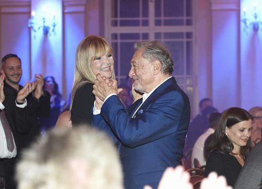 Pozdravil se s kolegyní Věrou Martinovou.