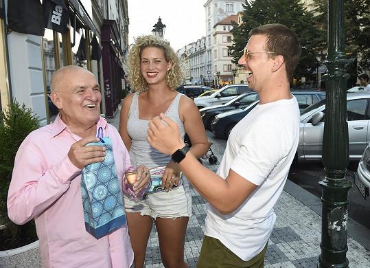 Dárečky mu přinesli snoubenci Peter Pecha a Kateřina Sedláková.