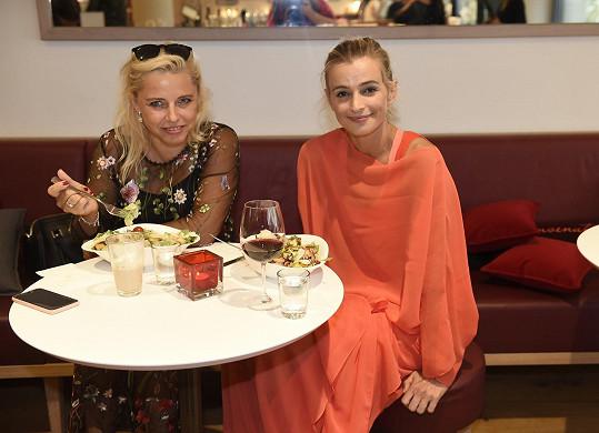 Sešla se s kamarádkou, hereckou kaučkou.