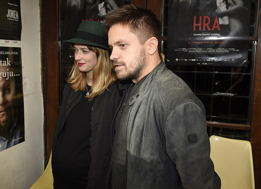 Ve filmu Hra, který se představoval, hraje manželku Jiřího Mádla.