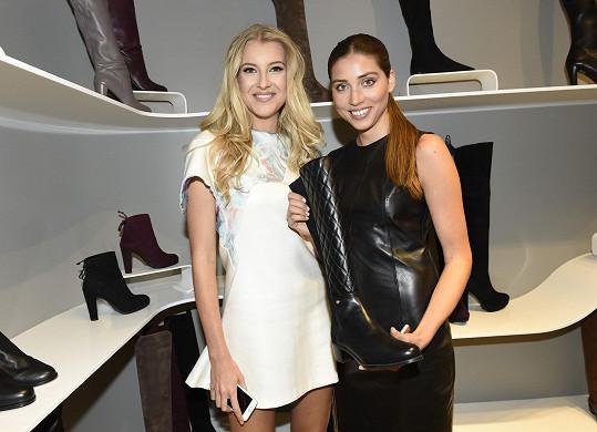 Denisa Domanská dorazila s Jitkou Nováčkovou na otevření obchodu s obuví.