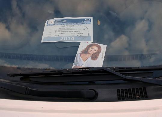 Pobavila nás její fotka za sklem auta.