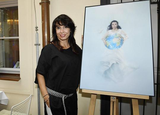 Nela byla jednou z dvanácti inspirativních žen, které zdobily kalendář Pod hladinou 2020 obecně prospěšné společnosti Women for Women.