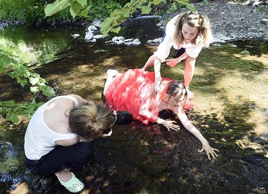 Fotografka Ivy Morwen ji fotila ve vodě.