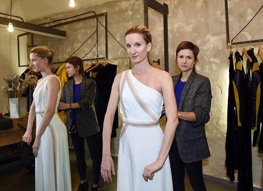 Z letiště přijela moderátorka rovnou na fitting šatů do salonu značky Chatty.