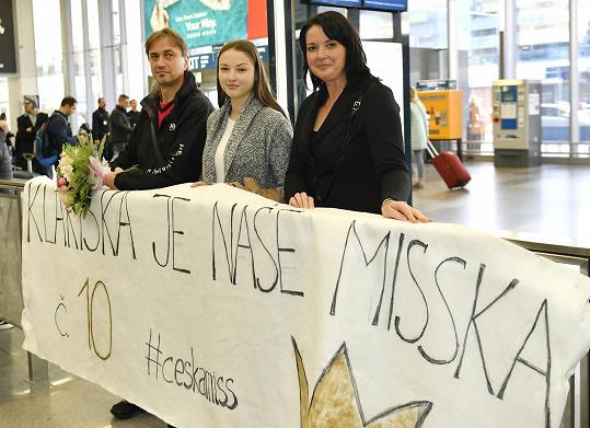 Na Kláru na ruzyňském letišti čekali rodiče a sestra.