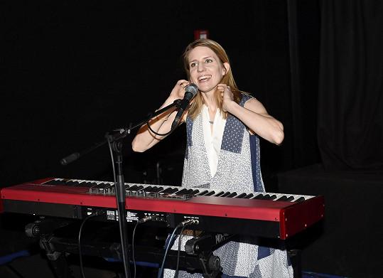 Pro zmíněný film složila hudbu. A na premiéře zahrála a zazpívala.