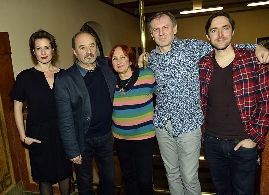 Herec s režisérkou minisérie Lucií Bělohradskou a ostatními kolegy