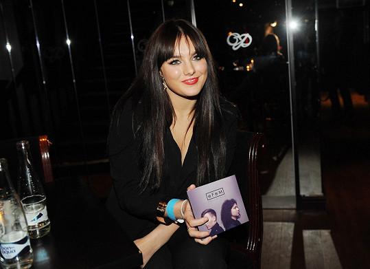 Ewa s deskou svého přítele